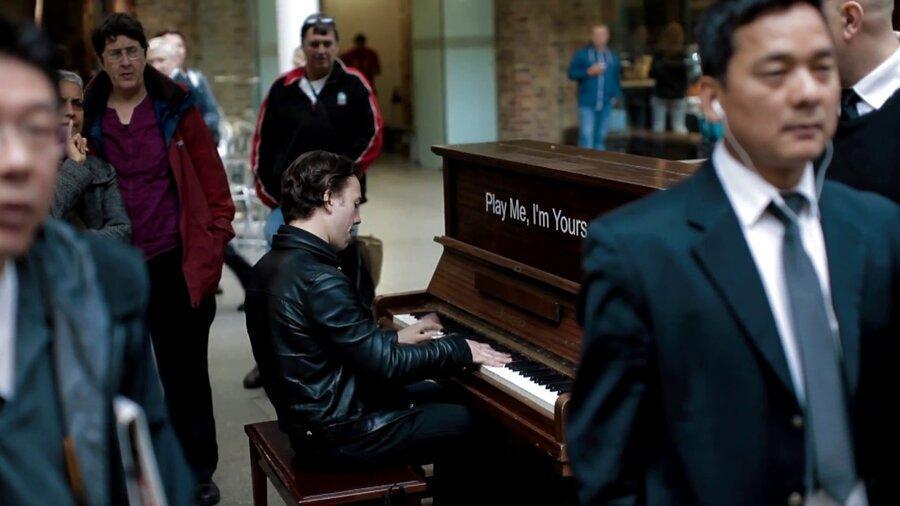 فیلم، وقتی یک موسیقی دان حرفه ای پشت پیانوی خیابانی می نشیند